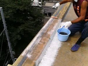 世田谷区集合住宅屋上防水工事  FRP防水 立上り施工中01写真