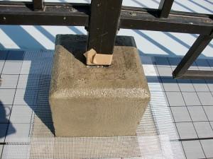 江戸川区西小岩 マンションルーフバルコニー手摺り架台ウレタン防水施工中写真