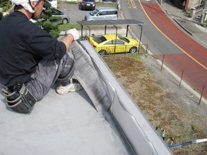 塩ビシート防水立上りシート撤去施工中写真