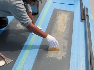 塩ビシート立上り寸法をとって接着剤塗布写真