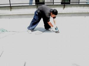 渋谷区オフィスビル防水工事 サンディング写真
