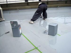 渋谷区オフィスビル防水工事 ウレタン防水1層目施工中01写真