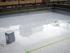 渋谷区オフィスビル防水工事 ウレタン防水1層目施工中02写真