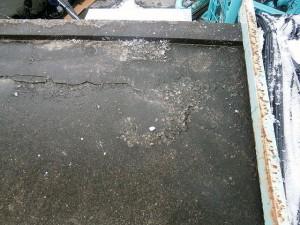 川崎市高津区 工場 屋上防水 下地の浮きを確認写真