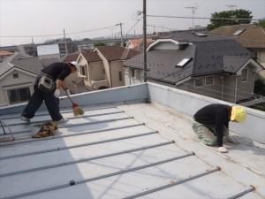 世田谷区喜多見住宅屋根防水 ケレン後しっかりと清掃写真