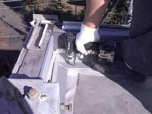狛江市塩ビシート防水入隅積層鋼板取付け写真