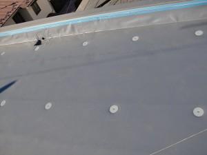 狛江市塩ビシート防水規定のピッチでディスク取付け写真