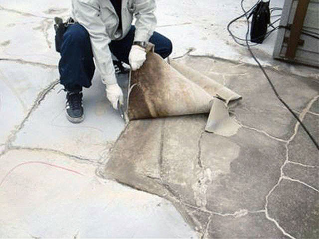 横浜市港北区屋上防水 既存のシート防水を撤去写真