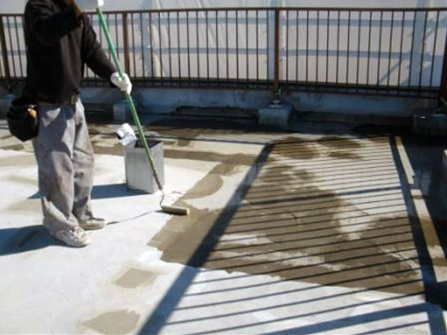 横浜市港北区屋上防水 通気緩衝シート用プライマー塗布写真