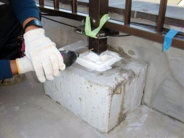 横浜市港北区屋上防水 手摺り根元注入用穴穿孔写真