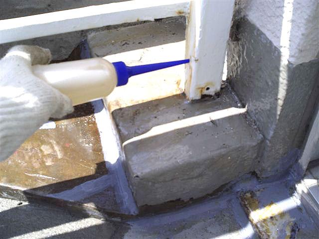 町田市 個人住宅 バルコニー防水施工中 手摺り エポキシ樹脂注入写真