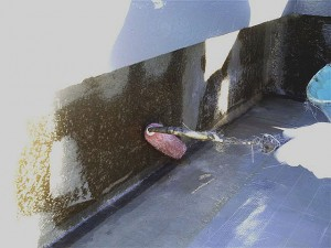 目黒区分譲マンション屋上防水 立上りポリエステル樹脂含浸・脱泡写真