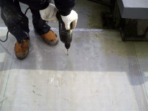 目黒区分譲マンション屋上防水 断熱材固定ディスク取付け1写真